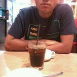Photo taken at Pizza Hut by ermie z. on 4/1/2012