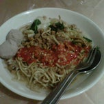 Photo taken at Mie Ayam Aseng by Vindy U. on 4/3/2012