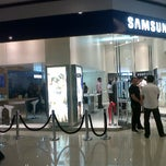 Photo taken at Samsung Galaxy Store by Javier A. on 3/22/2012