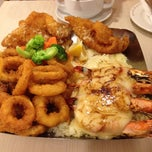 Photo taken at The Manhattan Fish Market by weeteng t. on 4/20/2012