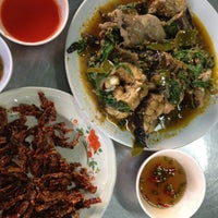 Photo taken at ร้านอาหาร พวงเพชร by จีระพร ช. on 3/29/2012