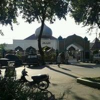 Photo taken at Masjid Agung Darussalam Bojonegoro by Dhay H. on 3/17/2013