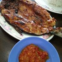 Photo taken at Restoran Balikpapan Seafood by Sabarudin R. on 8/13/2013