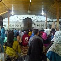Photo taken at Makam Sunan Gunung Jati by Rizky Arista N. on 7/30/2014