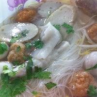 Photo taken at ลูกชิ้นปลาเล่าจึง by Bovorn W. on 10/6/2012