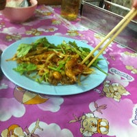 Photo taken at น้องตั๊ก ข้าวต้มแปดริ้ว by Pu P. on 12/21/2012