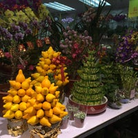 Photo taken at Cheung Kee Florist & Fruit 璋記鮮花時果 by Christine F. on 1/30/2016