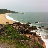 Photo taken at Praia de Laranjeiras by Cid T. on 2/9/2013