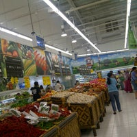 Photo taken at Giant Hypermarket by simignonne on 10/24/2012