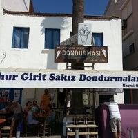 Photo taken at Meşhur Girit Sakız Dondurmacısı Nazmi Usta by Kemal Gökhan U. on 8/15/2013