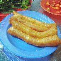 Photo taken at Phở Bắc Hải by Tuna N. on 9/19/2012