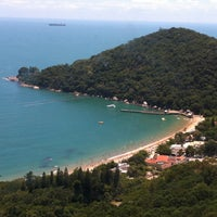 Photo taken at Praia de Laranjeiras by Gisele B. on 1/28/2013