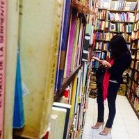 Photo taken at Librería El Ático by Gustavo V. on 6/7/2014