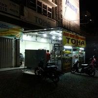 Photo taken at Nasi Uduk & Ayam Goreng Toha by bayu s. on 8/2/2013