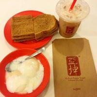 Photo taken at Ya Kun Kaya Toast 亞坤 by sdk s. on 12/27/2015