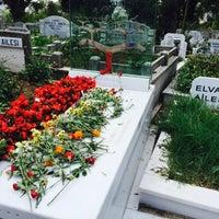 Photo taken at Feriköy İslam Mezarlığı by serkan a. on 10/8/2016