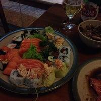 Foto tirada no(a) Maru Sushi por Cah M. em 6/26/2014