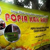Photo taken at popia kak raja by Muhammad H. on 3/19/2014