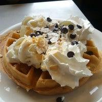 Photo taken at Thomas's Ham 'N' Eggery Diner by Kal El on 9/18/2012