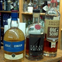 Foto tirada no(a) McCabes Wine & Spirits por Elana E. em 12/10/2012