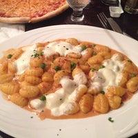 Photo taken at Vinnies's Pizzeria & Restaurant by Eileen P. on 8/24/2014