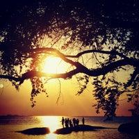 Das Foto wurde bei Tanjung Tinggi Beach von dhanang widiyanto am 9/1/2013 aufgenommen