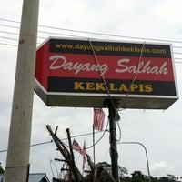 Photo taken at Kek Lapis Dayang Salhah by Hezreen H. on 10/14/2012