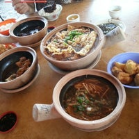 Photo taken at Kiang Kee Bak Kut Teh 强记肉骨茶 by Caddilac W. on 7/24/2013