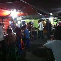 Photo taken at Bebek Tugu Pahlawan by Sancok B. on 2/13/2013