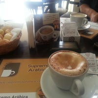 Photo taken at Supremo Arábica - Café & Chocolate by Betinho L. on 9/16/2013