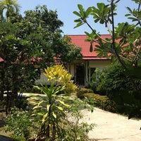 Photo taken at Kai Bae Hut Resort by Thaleungsak W. on 3/25/2013