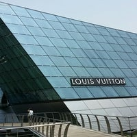 Photo taken at Louis Vuitton Island Maison by Budiey I. on 3/30/2014
