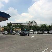 Photo taken at PTT Life Station - Outbound (จุดพักรถทางพิเศษเฉลิมมหานคร - ขาออก) by Khun V. on 8/25/2016