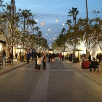 Photo taken at Third Street Promenade by Álex G. on 12/29/2012