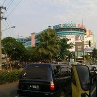 Photo taken at Pusat Grosir Surabaya (PGS) by Fi Hwang Tanangto 陳. on 6/5/2013