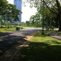 รูปภาพถ่ายที่ Vachirabenjatas Park (Rot Fai Park) โดย LongTime เมื่อ 3/24/2013