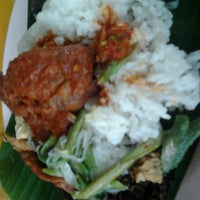 Photo taken at Mat Corner Nasi Ambang by Wiwi A. on 2/27/2013