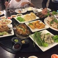 Photo taken at Kia Nguan Restaurant Mahachai Seafood by PraewVzy C. on 10/27/2015