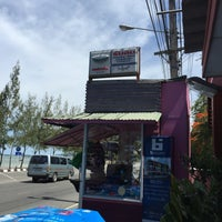 Photo taken at Rub Lom Seafood by Romthida K. on 6/12/2015