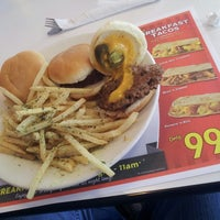 Photo taken at Steak 'n Shake by Ubirajara Bruno G. on 11/18/2013