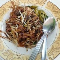 Photo taken at Restoran Lenggong Kuey Teow Kerang by Jordache W. on 4/17/2014