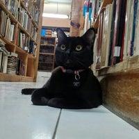 Photo taken at Librería El Ático by Jorge Ayauhtli O. on 5/4/2016