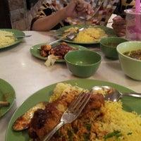 Photo taken at Restoran Pak Mal Nasi Ayam by Faiz M. on 9/30/2012