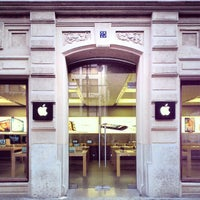 Photo taken at Apple Calle Colón by Nacho A. on 3/19/2013