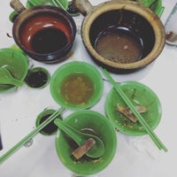 Photo taken at Hong Ji Claypot Bak Kut Teh 宏记药材肉骨茶 by ian z. on 2/25/2016