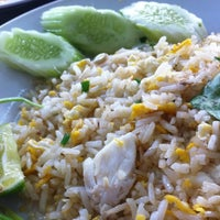 Photo taken at Mueang Thong Crab-meat Fried Rice 1 by Vivian H. on 6/30/2013