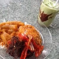 Photo taken at Nasi Padang Kampung Baru by Haryani H. on 11/13/2012