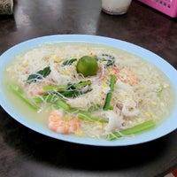 Photo taken at You Huak Restaurant (Sembawang White Beehoon 三巴旺白米粉) by Siew Nah on 10/12/2012