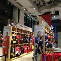 Photo taken at NHL Store Powered by Reebok by Humberto T. on 7/11/2013