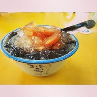 Photo taken at Zhao An Granny Grass Jelly Drink by Leslie H. on 9/28/2013